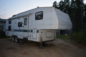 BEAUTIFUL 1999 Fleetwood Wilderness 5th wheel Holiday Trailer.