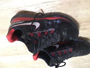 Black and red Nike golf shoes