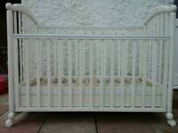 Cot white with storage drawer and top changer