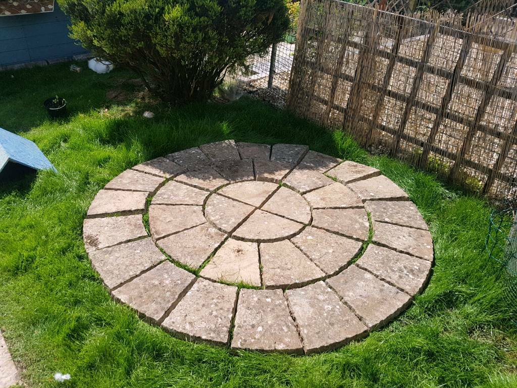 circular patio paving slabs garden feature in cardiff. Black Bedroom Furniture Sets. Home Design Ideas