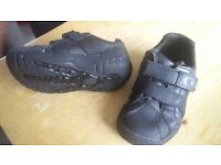 CLARKS DINOSAUR SHOES SIZE 7G IN GREAT CONDITION