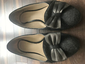 Nine West Grey Flats With Bow Accent in A Size 9/10