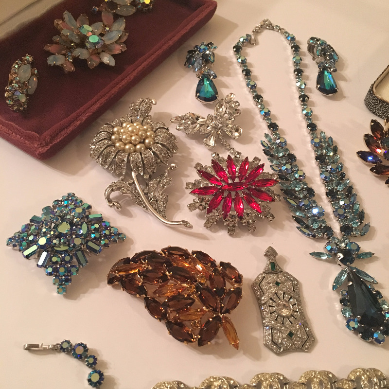 BUYING VINTAGE COSTUME JEWELRY   BROOCHES   EARRINGS  ETC