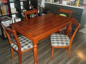 table en bois avec 4 chaises et le buffet