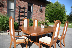 Solid Oak Dining Room Set – Extendable Table/6 Chairs/Hutch
