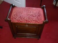 Traditional padded piano stool