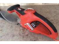 BLACK & DECKER 500w electric hedge cutter with blade cover