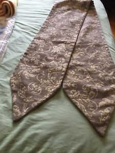 Table runner in excellent condition