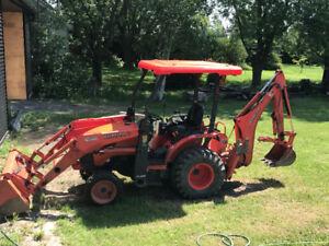 Tracteur Kubota B26 2008 avec fourches, chargeur et retrocaveuse