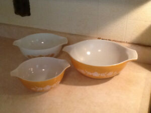 Vintage Pyrex bowl set