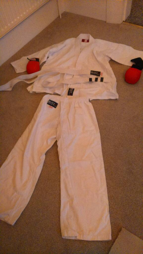 Childs karate suitin Newmilns, East AyrshireGumtree - Size 150cms. With gloves. perfect condition