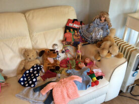 SELECTION OF TOYS INCLUDING A CINDY DOLL, 3 HAND PUPPETS DOLLS CLOTHES AND MORE