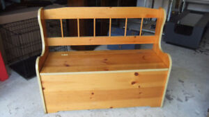 solid wood storage bench seat in good cond, has hinged lid
