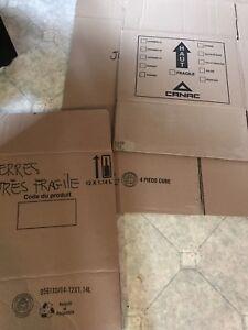 Plusieurs bonnes boîtes vides à donner!
