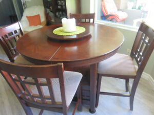 Round table and 6 padded chairs. Excellent condition