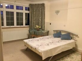 Big beautiful en suite room for single only, semidetached house, 5min walk from tube and shops