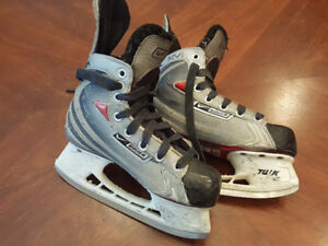 Boys Size 2 (shoe size 3) Bauer Hockey Skates