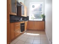 Double Room in FInchley Road in Flat with living room