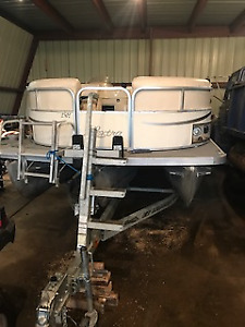 Don'tmiss this 25' 2003 Odyssey 2302 tri-toon Pontoon Boat!!!