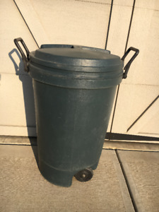 44 GALLON GARBAGE CAN WITH SECURE LID