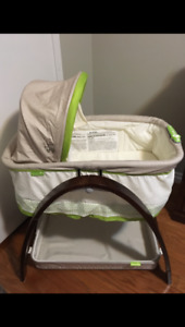 Summer Infant Bassinet with motion in Excellent Condition