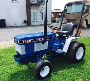 Tracteur Ford 1220 Diesel 4x4 (seulement 1045 heures)