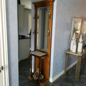 Entry hall tree solid oak marble top in excellent condition