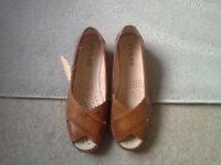 Ladies brand new tan open toe comfort sandal size 7, labels and boxed
