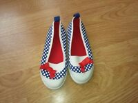 Girl Size eur 29 junior canvas shoes-£2.00