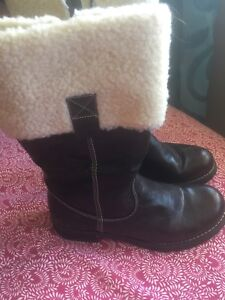Size 7 brown leather boot with light lining