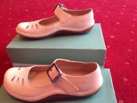 New Clarks ladies cream leather shoes size uk size 3 1/2
