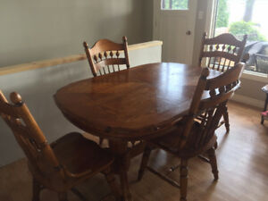 Solid Oak Dining Room Table w 6 Chairs and Inserts