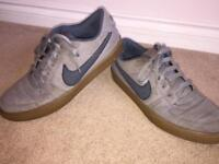 Classic Men's Nike Trainer - Size 8