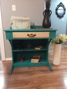 ****Beautiful desk Chalk paint distressed in EUC***
