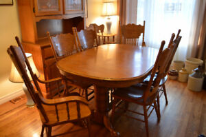 Beautiful Solid Oak Dining Set w 2 Leaf Inserts/6 Chairs