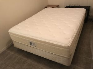 Like New Queen bed / lit - delivery possible