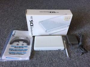 Ensemble console Nintendo DS Lite en boîte avec jeu au choix