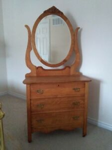 VINTAGE 3-DRAWER DRESSER/MIRROR - MINT CONDITION!