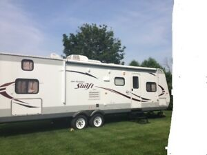 LIKE NEW  FAMILY TRAVEL TRAILER