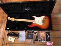 Fender Custom Shop - 2009 - Custom Deluxe Stratocaster - Aged Cherry Sunburst