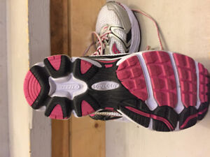 Brand New Girl's Size 1 Saucony Running Shoes!