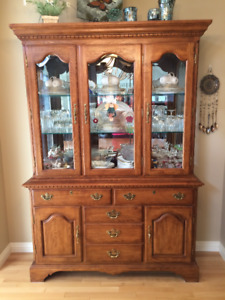 BEAUTIFUL SOLID OAK BUFFET AND HUTCH - EXCELLENT CONDITION