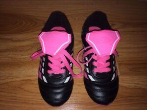 Chaussures de soccer Athletic Works noires et roses Pointure 3