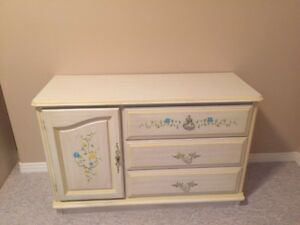 Beautiful, immaculate vintage kid's bedroom set - 5 pieces