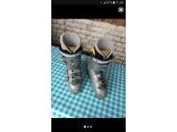 Ski Boots in good condition. Made by SALOMON. Size: 6