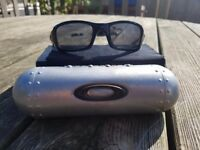 Genuine Oakley (4+1) Designer Sunglasses - Black.Also comes with Oakley Genuine Vault Case