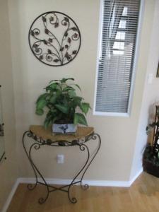 Table décorative avec décoration murale