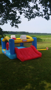 LITTLE TIKES 12 x 8 FOOT BASKETBALL BOUNCY CASTLE IN 100% COND!