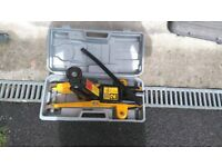 2 tonne trolley jack and pair of 2 tonne axel stands