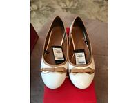 New Pavers white and tan ballerina shoes size 5